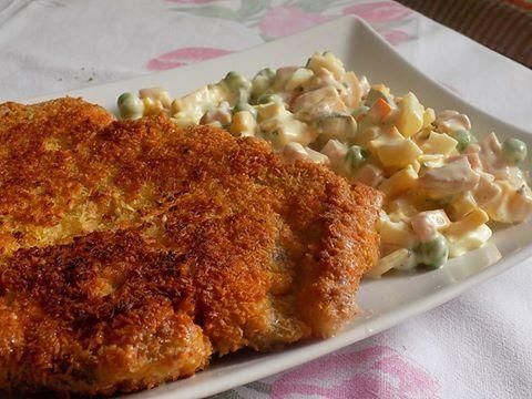 Zvířátkový den - řízek obalený ve vajíčku a kokosu a pochotkový salát. Pochoutkový salát: šunka, cibule, hrášek, tvrdý sýr, vajíčko, tatarka Helmanz, sůl, pepř