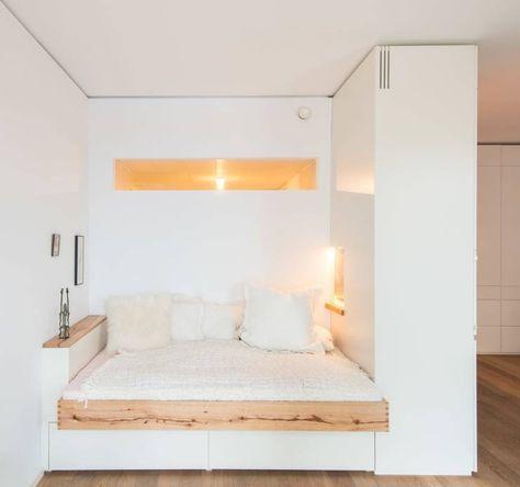 Schlafnische mit Fenstern von Holzgeschichten. In dem Artikel findest du 10 Ideen, wie man den Schlafbereich abtrennen kann. #raumteiler #schlafzimmer #homify