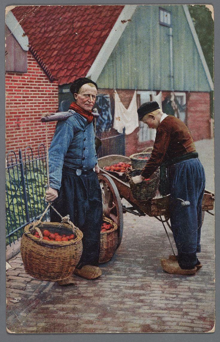 Fruitventers, Volendam, Nederland. (1900-1910) / Fruit vendors, Volendam, the Netherlands. (1900-1910).