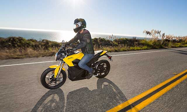 Zero S y DS  40 kW (54 CV) de potencia. Este cuenta con un par motor de 92 Nm   100 km/h en 4.8 segundos, 5.2 para la versión con 11.4 kWh, con una velocidad máxima de 153 km/h.