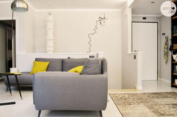 """PARETE SCALE :: Si è pensato fin da subito di caratterizzare questa parete. Nell'angolo a sinistra è stata posizionata la lampada Falkland di Munari, che riesce ad illuminare fino al piano sottostante. Nella parte restante è stato disposto il filo elettrico riproducendo le anse del fiume Tevere, che rappresenta l'amore della cliente per la propria città, evidenziato anche dalla scritta, in parte a neon e in parte stickers """"I ♥ rome"""". #casa #interni #interior #design #home"""