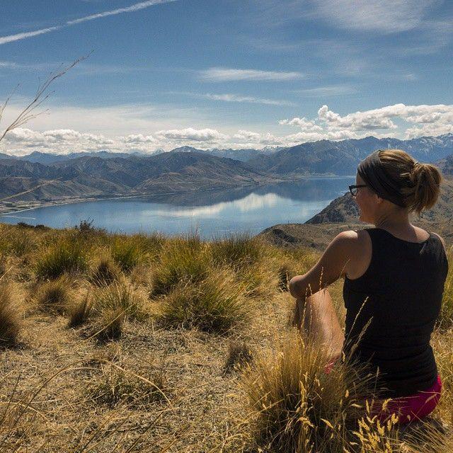 Blick auf den Lake Hawea. Hach jeden Tag ein kleiner Hike, gutes Wetter und eine fantastische Aussicht. Daran könnte ich mich gewöhnen. Ach was. Hab ich doch schon lang #Neuseeland #newzealand #travelmateworldtrip #hiking #trekking #lake #lakeview #view #ilovenature #ilovehiking #ilovemountains #mountains #Mountainlove #hawea #lakehawea