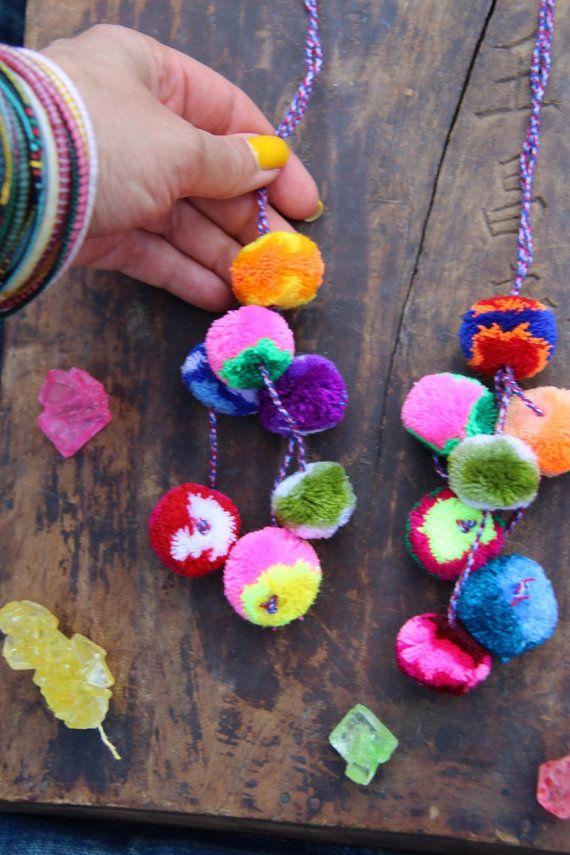 Colore a righe Pom Pom fascino, Llama Swag, nappa fascino di decorazione, moda bohemien Gypsy, felice estate, autunno accessorio, borsa, Asstd colori  La collezione di swag WomanShopsWorld ha appena avuto anche meglio! Stripey nuovo, Multi-Colored peruviano Pom Poms sono appena circa le cose più felici che abbia mai visto!  Questo stile è nuovo e il più pittoresco dei due stili che ho a disposizione. Sembra quasi che siano state tie dye. Ogni pom pom ha bande di colore su di esso che rendono…