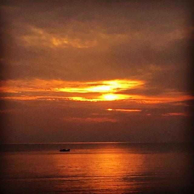 【k.u_love.25m】さんのInstagramをピンしています。 《みなさん今日も1日お疲れ様でした!  少しずつ秋の気配が感じられる気もしますが 花粉症の私にはちょっと辛い季節! 今日は特に鼻がムズムズ…くしゃみはとまらない😥 でも秋は好きです😄💕 #sunset #horizon #ship #autumn  #sea #clouds #hayfever #amakusa #skylovers #sky #夕暮れ #水平線 #船 #秋 #海 #花粉症 #空が好きな人と繋がりたい #空》