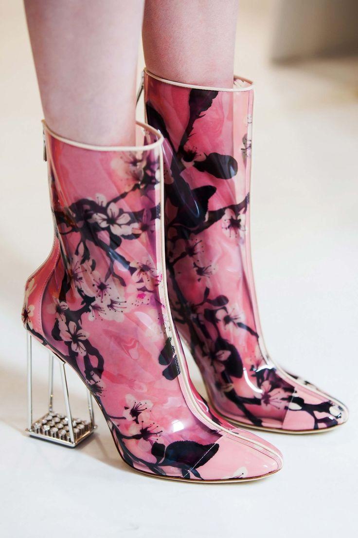 Os acessórios da coleção de Alta Costura Primavera-Verão 2015 Dior são ornamentos futuristas que se fundem às silhuetas.