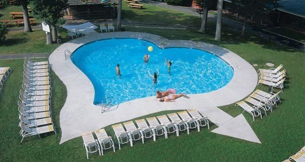 Piscina en forma de corazon con fecha incluida dise o for Formas para piscinas