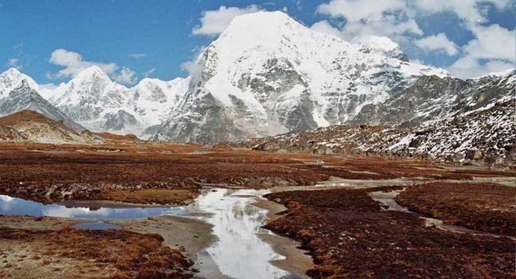 Rolwaling - Langdak MIni expeditie  De Rolwaling Himal is een afgelegen bergketen op de grens van Nepal en Tibet zo'n 100 km ten noordoosten van Kathmandu. De westelijke begrenzing van de Rolwaling is de Bhote Kosi (=grote rivier uit Tibet) welke verder zuidwaarts overgaat in de Tamba Kosi. De oostelijke begrenzing is minder strikt maar in het algemeen wordt de vallei die van Namche Bazar in Solo Khumbu (het Everest-gebied) via Thame naar de Nangpa La (La=bergpas) loopt als die grens…
