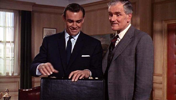 james bond Q branch   ... har Desmond (ja glem John, der findes kun en Q) grå jakkesæt på