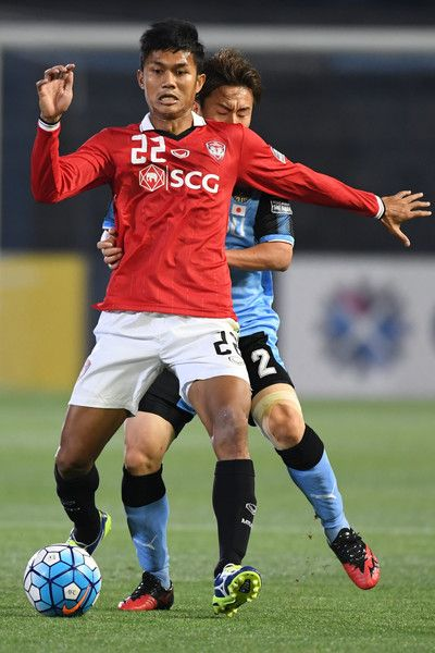 Mongkol Thosakrai of Muangthong United and Kyohei Noborizato of Kawasaki Frontale compete for the ball during the AFC Champions League Round of 16 match between Kawasaki Frontale and Muangthong United at Kashima Stadium on May 30, 2017 in Kashima, Japan.