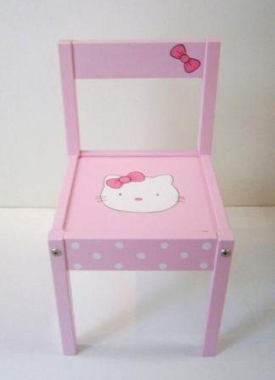 Ζωγραφιστή παιδική καρεκλίτσα με θέμα την hello kitty, σε ροζ φουξ τόνους. Χρησιμοποιούνται οικολογικά ακρυλικά χρώματα. Το όνομα του παιδιού μπορεί αναγράφεται στο κάθισμα της καρέκλας.Υλικό: mdfΔιάσταση: 60x30x30 εκ.Κόστος: 65€