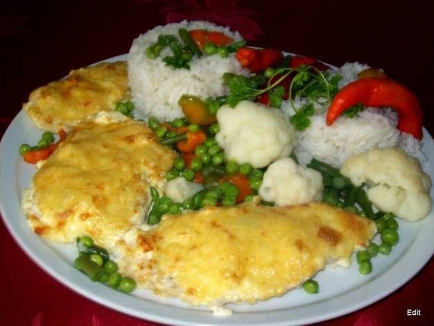 Sajtos-tejfölös csirkemell rizzsel, zöldségekkel