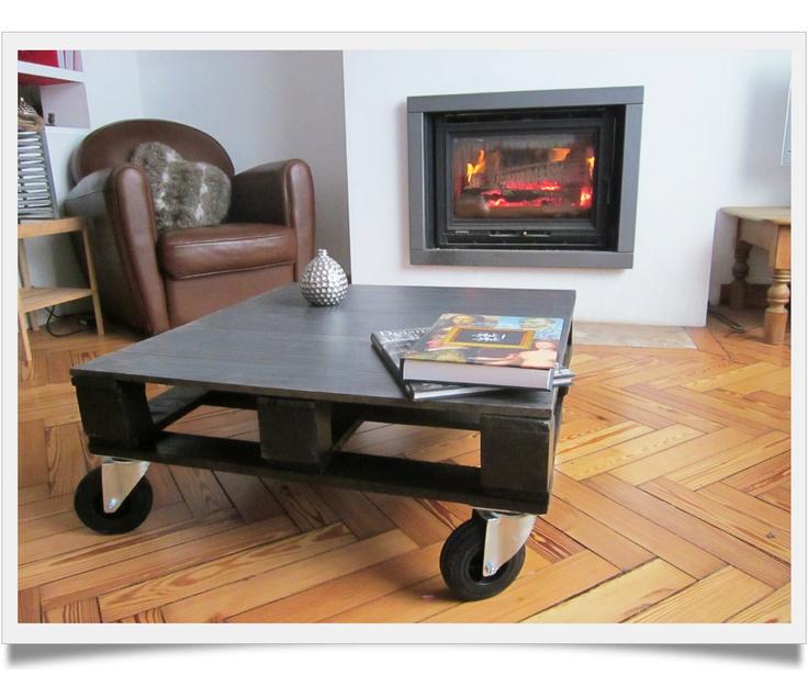 Table réalisée avec une palette de chantier et du parquet stratifié.  Photo mabulledeco.com tous droits réservés.