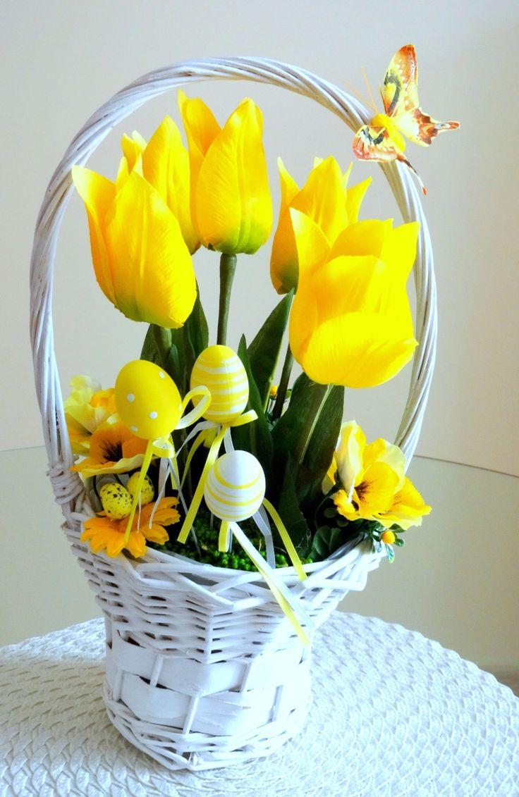 www.abgHomeArt.pl Ręcznie wykonany z dbałością o każdy szczegół wielkanocny stroik w białym wiklinowym koszyku z kwitnącymi tulipanami i kwiatuszkami w żółtej kolorystyce. Udekorowany motylkiem i żółtymi jajkami na piku.  Efektowna i radosna wielkanocna dekoracja, która pięknie przyozdobi stół, komodę, czy też kominek, a także wprowadzi powiew wiosny. Idealny do każdego wnętrza. Easter decorating ideas for the home