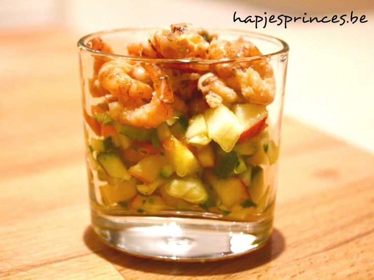 Glaasje met vers gepelde garnalen, mango, appel en courgette - Hapjes Princess