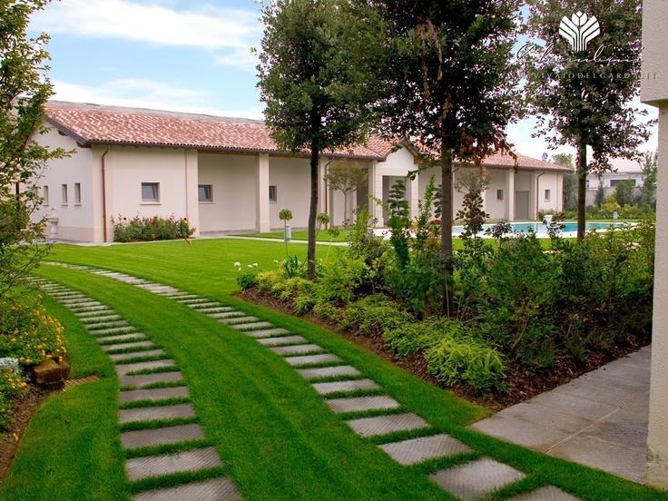 Copyright © www.vivaiodelgarda.it  Simmetrie e colori in giardino - Residenza Storica in campagna
