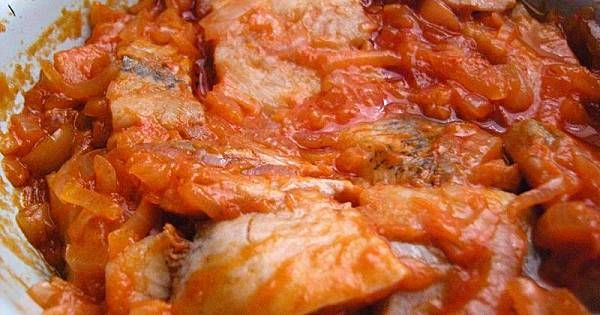 Cebulę pokroić w plastry, na rozgrzany olej wrzucić cebulę i dusić do miękkości, następnie dodać miód, ocet i koncentrat. Dokładnie wymieszać, przyprawić solą i pieprzem. Sos odstawić by wystygł. Płaty matiasów wymoczyć, pokroić na kawałki. Przedostatnia czynność to układać warstwami w salaterce czy słoiku; sos, śledzie, sos, śledzie, przykryć i