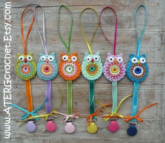 http://www.pinterest.com/tessaborsboom/haken-uil-crochet-owl/      Pacifier clip holder owl 'orange' by ATERGcrochet par ATERGcrochet