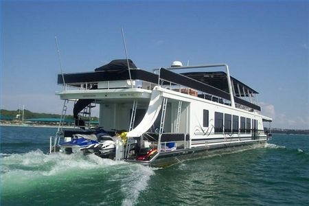 How to Decorate a Houseboat thumbnail