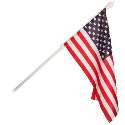 149.00 DKK. Facadeflag med det Amerikanske nationalflag. Vis flaget frem på huset.  Vi har dette flotte Stars and Stripes facadeflag med metal facadestang, som er 2,4 cm i diameter. Stangen måler 134 cm og har et vægbeslag. Vægbeslaget skal monteres med 3 skruer og har den rigtige hældning, sådan at USA flaget hænger flot.  Det Amerikanske nationalflag har et lille spir i toppen af facadestangen. Stars ans Stripes flaget er i 100 % polyester og måler 40 x 71 cm.