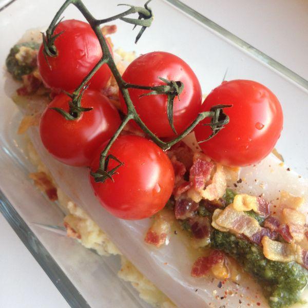 En superenkel ovnsbakt torskemiddag med masse smak av salt bacon, frisk pesto og søte cherrytomater. Hverdagsmiddag på sitt beste – og enkleste.