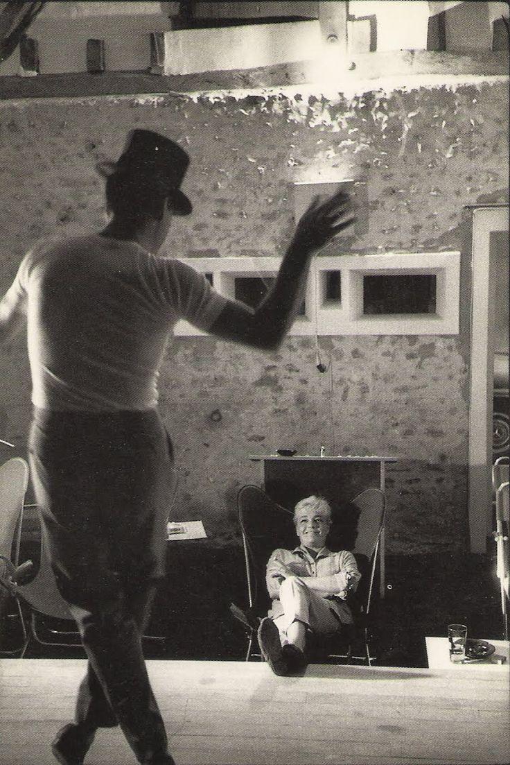 1959. Yves Montand et Simone Signoret, dans  leur maison d'Autheuil (Eure). Jean Mounicq / ANA, Paris