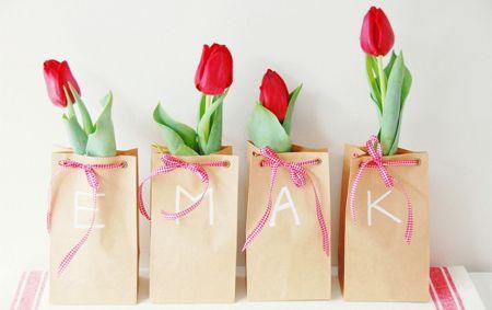 Recuerdos primaverales con flores para una boda