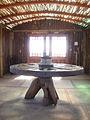 El interior de la «cabañita de troncos» construida en los terrenos de Cantalao, proyecto artístico y cultural impulsado en Isla Negra por el poeta chileno Pablo Neruda. Fotografía del 17 de abril de 2012.