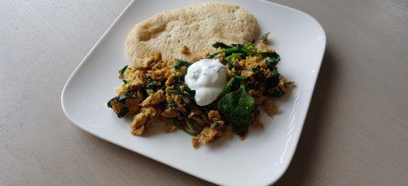 Een lekker koolhydraatarm ontbijt of lunchrecept, een pittig Indiaas roerei met spinazie. Deze pittige ontbijt wraps worden door heel India op straat verkocht.