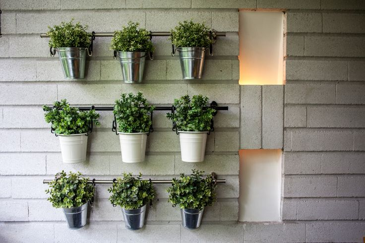 Concepto jardín interior - estas materas con plantas artificiales decoran un balcón generando así este espacio en un lugar más cálido y acogedor. Arq. Simón Tobón P.