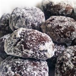 Polvorones de chocolate (biscoito mexicano) Biscoitos mexicanos de chocolate com nozes e cobertos com açúcar de confeiteiro. Experimente, vale a pena!
