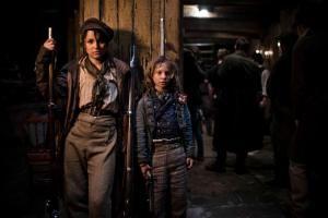 Eponine e o garotinho amigo dos revolucionários