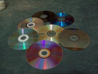 Ya no sabes que hacer con tantos CDs? Recicla, vamos a hacer una bola de discoteca.