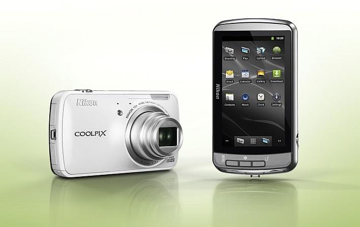 Biasanya, perangkat yang menggunakan sistem operasi Android adalah ponsel pintar atau smartphone. Di luar kebiasaan, Nikon, produsen kamera asal Jepang, merilis Nikon Coolpix S800c, sebuahkamera saku yang ditenagaiAndroid 2.3 atau Gingerbread.Nikon Coolpix S800c disokong olehsensor CMOS 16 megapixel dengan kemampuan 10x optical zoom. Lensanya dilengkapi dengan peredam getaran yang disebut Vibration Reduction (VR), sehingga foto yang dihasilkanNikon Coolpix S800c b
