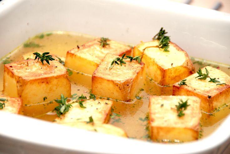 Fondant kartofler, som også hedder pommes fondant, er store kartoffelblokke, der brunes på panden og derefter steges færdige i bouillon i ovnen. Selvom fondant kartofler lyder voldsomt fint, så er de meget nemme at lave. Pommes fondant