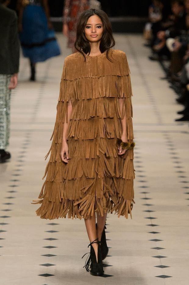 Las 11 tendencias más populares de la Semana de la Moda de Londres. La capital británica apuesta por los flecos, los abrigos de pelo, las capas o...