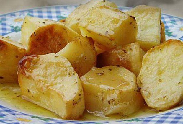 Υγεία - Επειδή όλοι λατρεύουμε τις πατάτες θα σας αποκαλύψουμε μικρά μυστικά για να τις κάνετε ακόμα πιο νόστιμες! Για ακόμα πιο νόστιμες πατάτες φούρνου βράστε τι
