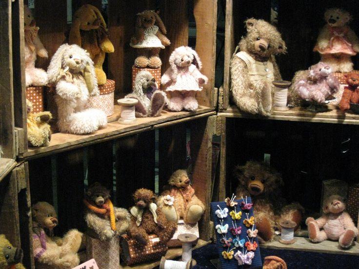 en.....natuurlijk veel teddyberen! THE BIG EVENT 21 en 22 oktober 2017: Eén van 's werelds grootste poppen en teddyberenbeurzen parallel met een grote poppenhuizen en poppenhuisminiaturenbeurs. Waar: Brabanthallen Den Bosch Nederland Voor informatie: www.niesjewolters.nl Email: info@niesjewolters.nl