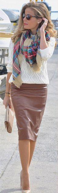 кожаная юбка со о свитером и шарфом