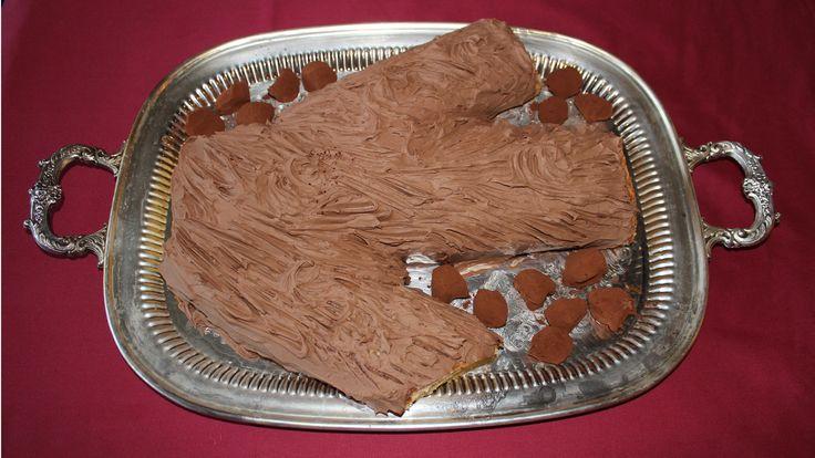 Receta paso a paso de Tronco de Navidad de Artajona, un postre típico de las celebraciones navideñas con crema pastelera y crema de trufa.