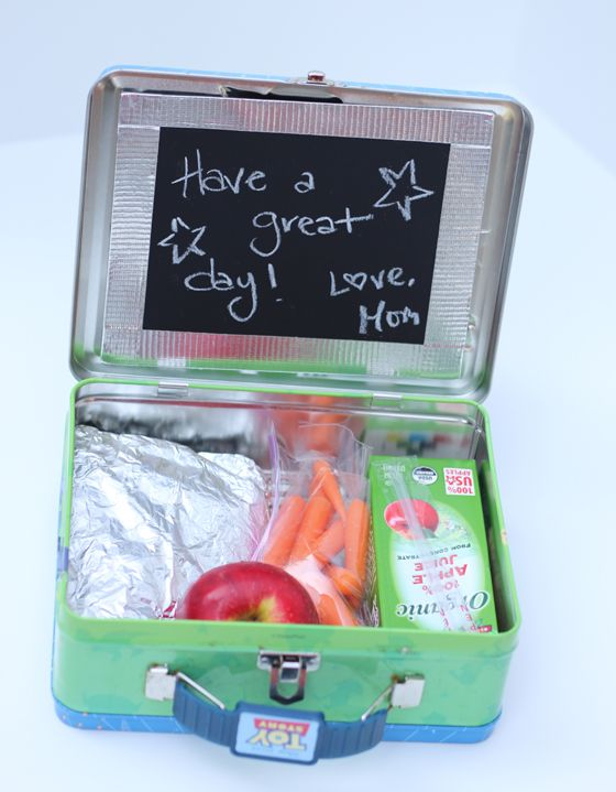 Make lunchtime at school a little more fun by leaving sweet messages on this #DIY Lunchbox Chalkboard! #BacktoSchool