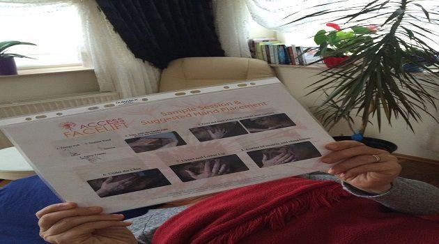 Botox enjekte etmek, akupunktur iğneleri ya da bedeninizde diğer travmalar yaratmaya gerek olmadan, daha genç hissetmek ve görünmek mümkün müdür?  Ellerle enerjetik olarak yüze ve boyun bölgesine uygulanan Access Facelift® (Access Enerjetik Botoks-Yüz Germe™) tekniği ile alacağınız seanslar, yıllar içinde deformasyona uğramış bedeninizin diğer alternatiflerden daha farklı olarak, nazik ve özenli bir şekilde kırışıklık, sarkma ve çeşitli izlerin kolaylıkla değişimini sağlar. Bu, yalnızca…