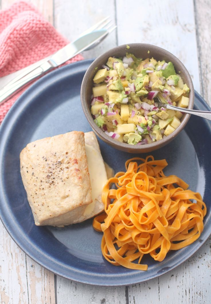 Fylt svinefilet med avokado-og-ananassalsa og grønnsakspasta