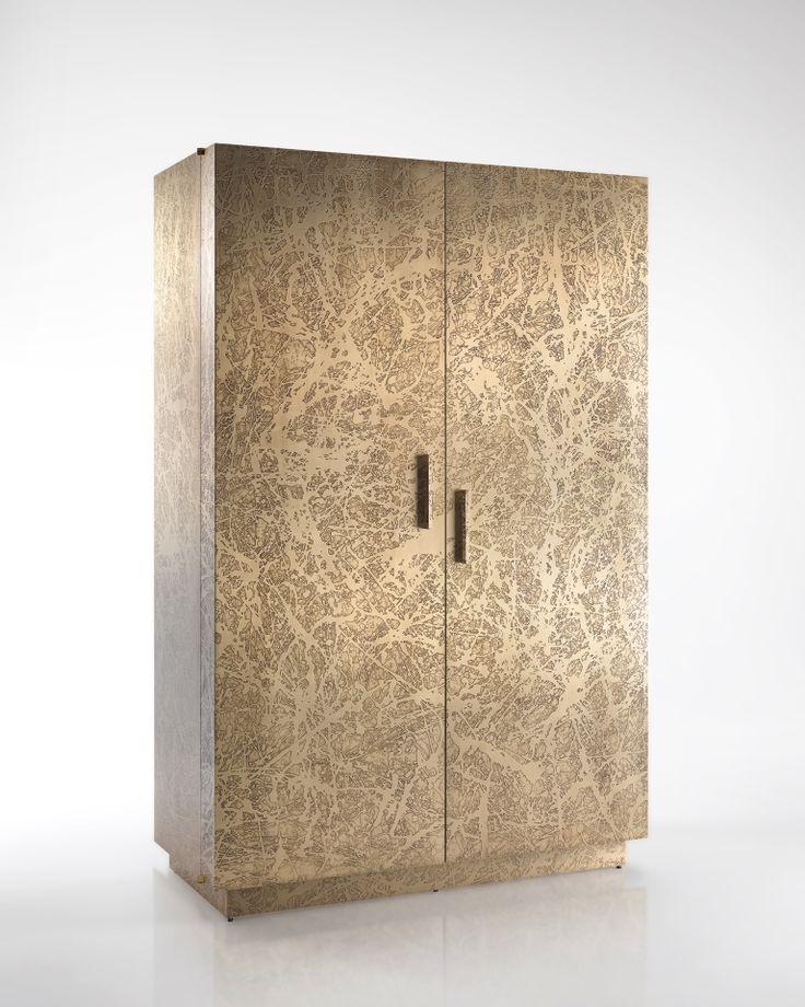 cantina/dispensa in legno.L'esterno è rivestito con una lastra di ottone pieno con lavorazione materica.