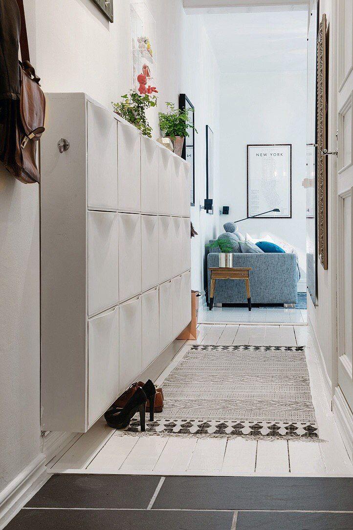 Узкие шкафчики в коридоре
