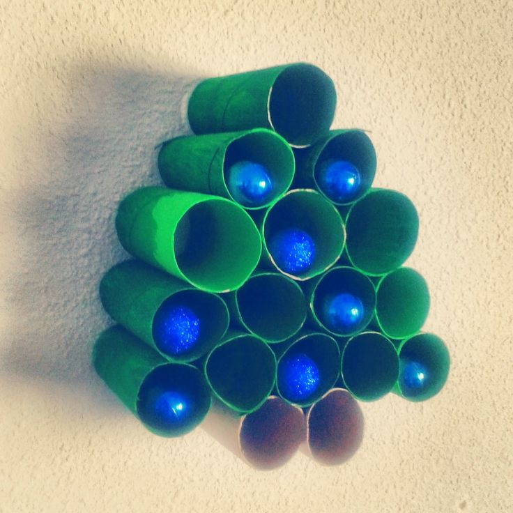 Os dejo un árbol de #Navidad casero por si el presupuesto de decoración de bajo o queréis pasar unas #vacacionesentretenidas. A nosotros se nos terminó la pintura y tuvimos que usar otra, pero es perfecto. ¿Cómo os ha quedado a vosotras?