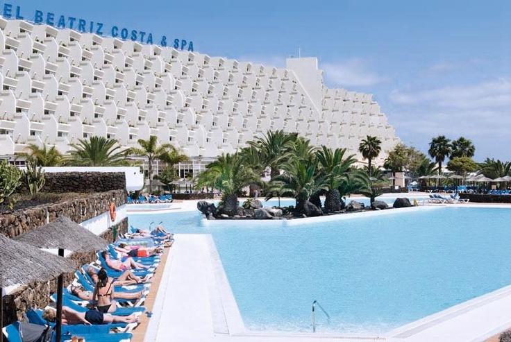 Beatriz Costa Teguise & Spa. Dit fraaie en groots opgezette complex ligt rustig, op wandelafstand van het strand van Costa Teguise. Het grote zwembad is omgeven door royale zonneterrassen en in het schitterende thalasso-centrum kun je je heerlijk laten verwennen. Je geniet hier overigens van een uitgebreid sport- en ontspanningsaanbod en een voortreffelijke keuken.    Officiële categorie ****
