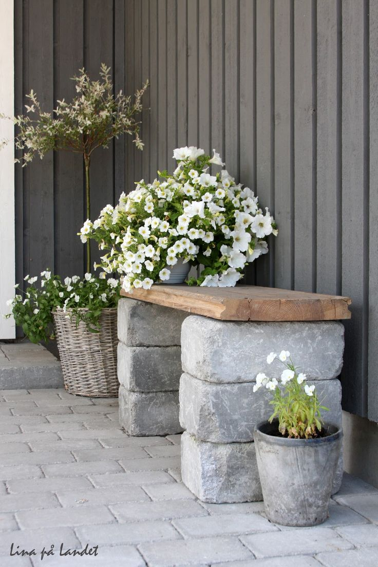 Simple Outdoor Bench - made by stacking paver blocks and topping with a salvaged floorboard - via Lina på Landet:  Tips! Enkel sittbänk