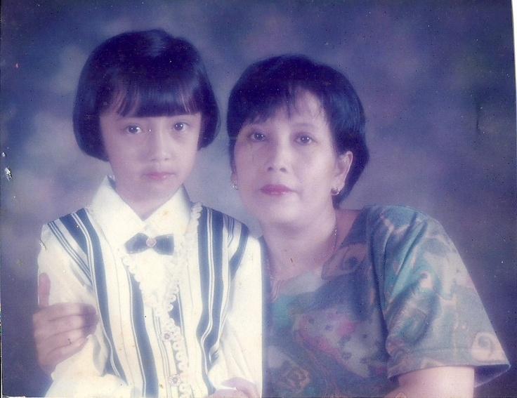 Gaya rambut: Dessy Ratnasari. Bersama mama tercinta :*