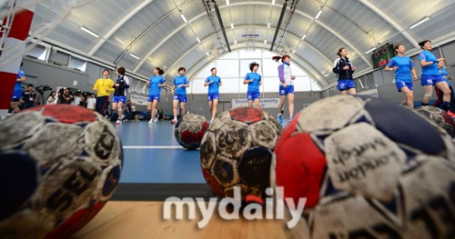 Team Korea Olympic training camp at Brunel University in July 2012 - Intense media interest in the handball team. Google Image Result for http://cdn.mydaily.co.kr/FILES/201207/201207251410338265_1.jpg