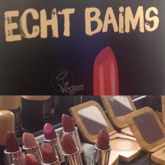 Ja, es hat Baim gemacht. Die stark pigmentierten Farben und die herrlich samtigen Texturen bei Baims haben mich aus den Socken gehauen. Die gesamte Sortiment ist vegan, mild bis gar nicht beduftet und kommt in wiederbefüllbaren Verpackungen daher. 💄  #vivaness #baims #makeup #lipstick #naturkosmetik #nürnberg #organic #vegan #colours